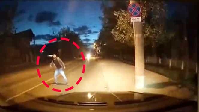 Un bărbat urla în plină stradă, printre mașini, în Iași. Ce s-a întâmplat când un șofer a început să îl filmeze