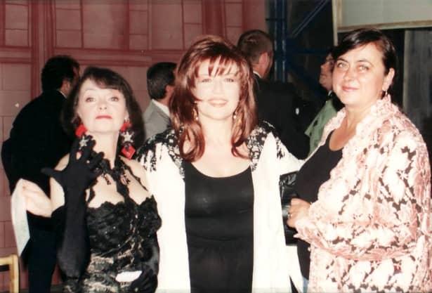 Artista Marina Voica sparge toate tiparele vârstei și frumuseții, la 82 de ani! Doamna muzicii ușoare românești arată incredibil și nu putem decât să ne înclinăm în fața farmecului și grației sale. Mai mult chiar, Marina Voica a fost fotografiată chiar și pe plajă, iar candoarea cu care pozează și zâmbetul blajin de pe chip ne fac să nu uităm cât de frumoasă a fost cândva, în tinerețe, dar nu fără să nu remarcăm cât de mult a păstrat și azi din trăsăturile sale care au consacrat-o. Într-adevăr, pe lângă o voce de excepție, Marina Voica s-a remarcat de-a lungul carierei sale și prin caracteristicile fizice unice: ochi pătrunzători, siluetă de invidiat și un păr mereu aranjat într-un bob lung îngrijit.
