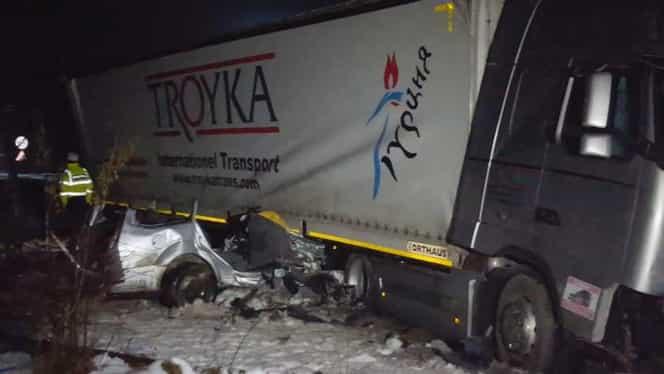 Accident cumplit în Suceava! Cinci tineri au murit striviţi, după ce au intrat într-un tir. Foto