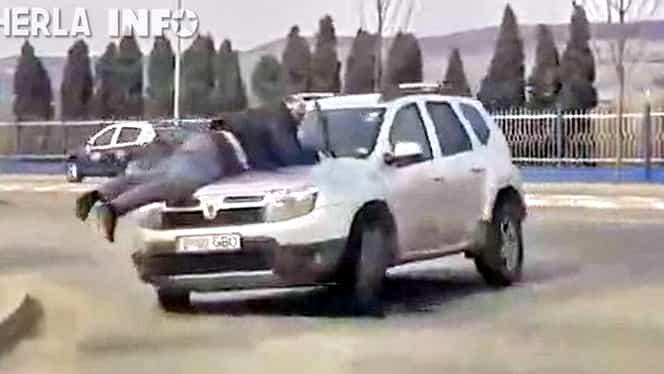 Se întâmplă în România! Bărbat agăţat de capota unui Duster învârtit prin intersecţie! Video