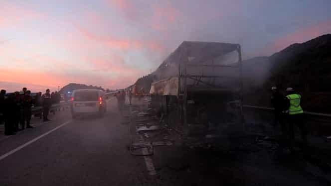 Accident dramatic! Un autobuz de pasageri a lovit un camion şi a luat foc: zeci de victime