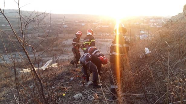 Adolescente de 15 ani, salvate de pompieri de pe marginea prăpastiei. Imagini de la intervenție