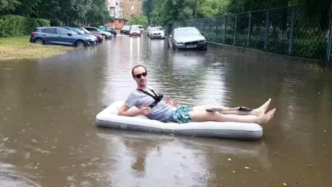 """Viralul zilei. Un tânăr a ieșit cu salteaua pe străzile inundate. """"Așa arată centrul orașului"""