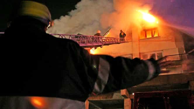 Incendiu de proporții în Călimănești, județul Vâlcea. Focul a izbucnit de la un coș defect