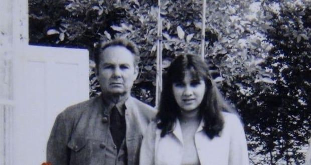 Carmen Iohannis în tinerețe (dreapta)