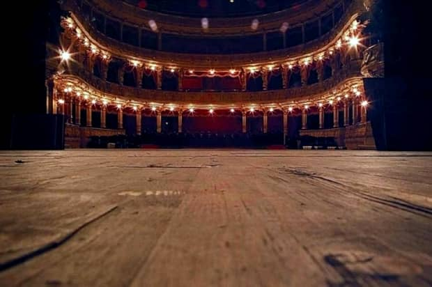 PANICĂ pe scena unui teatru! O tînără A LEŞINAT pe scenă