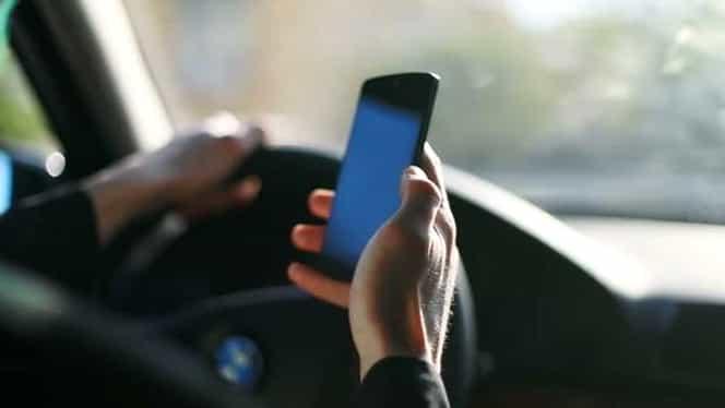 Cum sunt prinşi, de fapt, şoferii care folosesc telefonul la volan. Este cea mai uşoară metodă pentru poliţişti