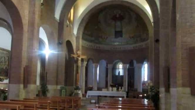 O româncă s-a dezbrăcat într-o biserică, în fața unui preot, apoi i-a cerut 20.000 de euro