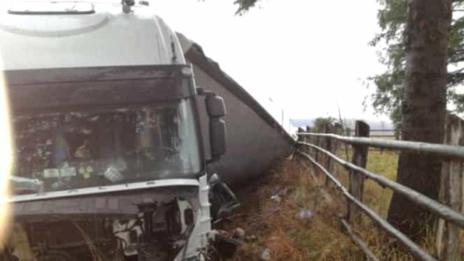 Accident teribil în Braşov. Un TIR cu 20 de tone de parchet s-a răsturnat peste o maşină