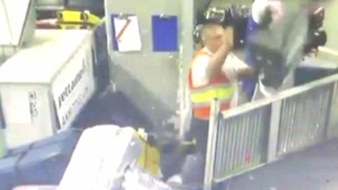 Scandal uriaș la Aeroportul Otopeni! Filmare virală cu angajați care aruncă bagajele. Reacție fermă a ministrului
