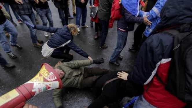 Scene violente în Piaţa Victoriei. Protestatarii au demontat gardurile pentru Târgul de Crăciun. Ce a decis Firea