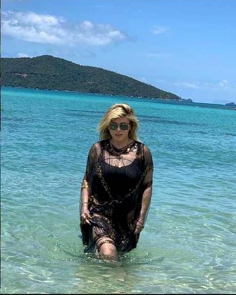Loredana Groza, la plajă! La aproape 50 de ani, cântăreața s-a afișat într-un costum de baie minuscul