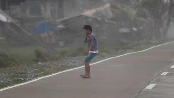 Numărul morților lăsați în urmă de taifunul Mangkhut a ajuns la 25! Imagini cu oameni luați pe sus de vânt!