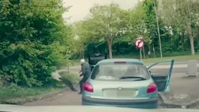 VIDEO Bătaie în trafic! Din agresori devin agresaţi! Doi tineri făcuţi KO de un luptător de MMA