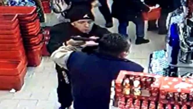 """Scene incredibile într-un magazin din Timișoara! Un bărbat i-a pus pistolul la cap unui paznic. """"Te omor, te împușc"""". VIDEO"""