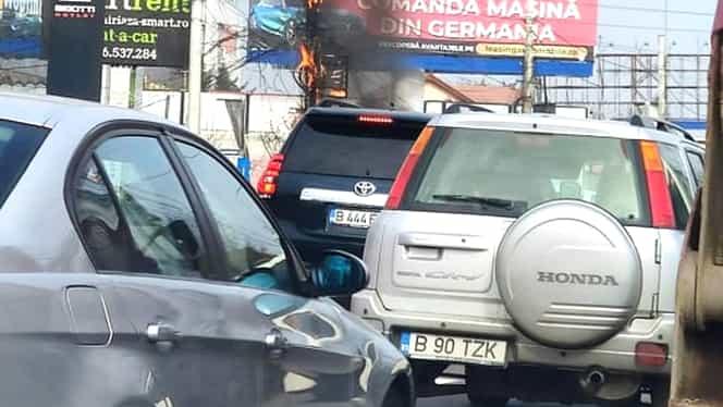 Trafic blocat pe DN1 după ce un stâlp de iluminat a luat foc! Foto