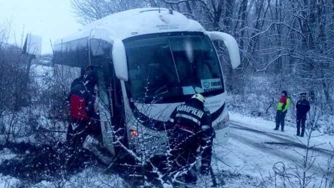 Zeci de maşini rămase blocate în nămeţi! În Bucureşti, un autocar cu 22 de copii din Grecia a rămas înzăpezit