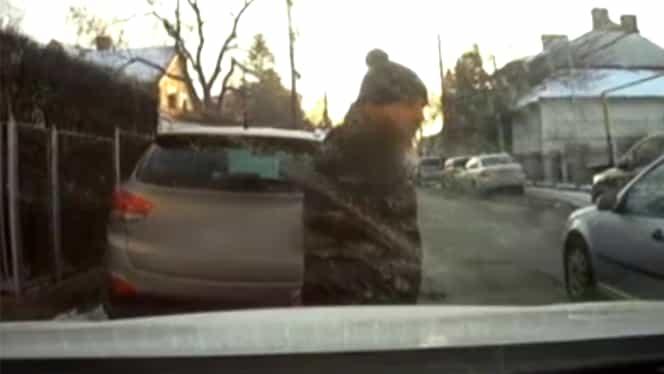 Cine îl recunoaşte pe bărbatul din imagini este rugat să contacteze Poliţia! Ce a făcut în faţa unei şcoli