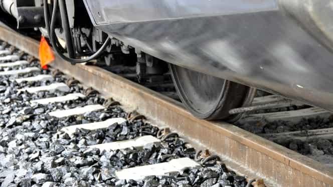 O fată de 12 ani a fost mutilată de tren! Tânăra a traversat calea ferată cu căștile în urechi