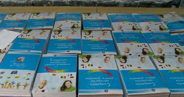Fotografie cu manualul unic, pe care noul ministru al Educaţiei, Ecaterina Andronescu vrea să le scoată din şcoli. Cartile sunt insiruite pe o bancă