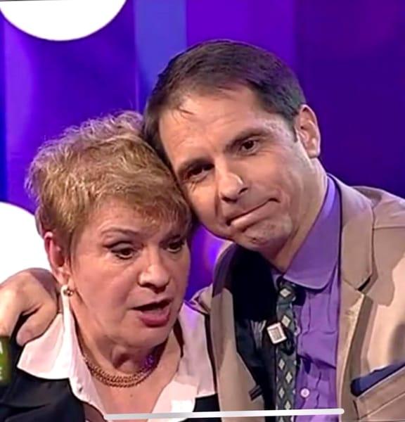 """Dan Cristian Negru, sau simplu Dan Negru, după cum îl știe toată lumea, este un prezentator de televiziune. Celebrul om care ne ținea în fiecare final de an ațintiți cu ochii pe micile ecrane, are una dintre cele mai longevive cariere în televiziune. Datorită faptului că a prezentat simultan formate internaționale(în România și Republica Moldiva), a fost inclus în """"Top Host European Broadcast""""."""
