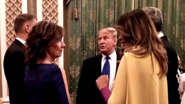 Cum s-a îmbrăcat Carmen Iohannis la recepția oferită de Regina Elisabeta a II-a. Soţia preşedintelui, la fel de elegantă ca Melania Trump
