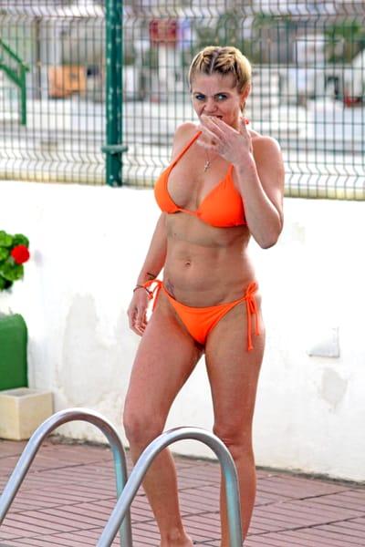 OUPS i-au ieșit sânii din sutien! O vedetă de 44 de ani a întâmpinat probleme grave la piscină, din cauza costumului de baie minuscul