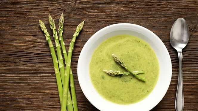 Rețeta zilei. Supă cremă de sparanghel, o mâncare simplă și ușoară