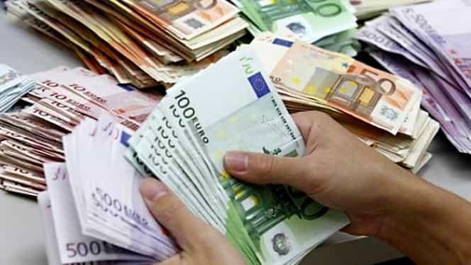 Leul scade comparativ cu euro, dar creşte faţă de dolar