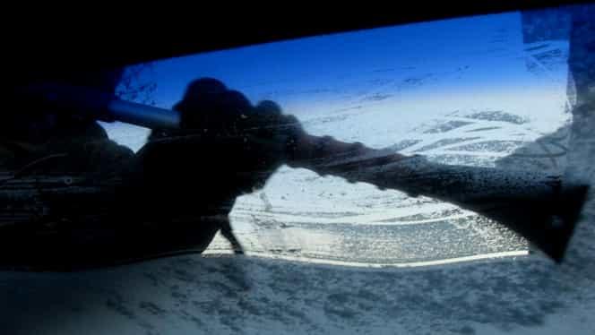Cum să-ți cureți gheața de pe parbriz! Cea mai inedită metodă să îți dezgheți geamurile iarna. VIDEO