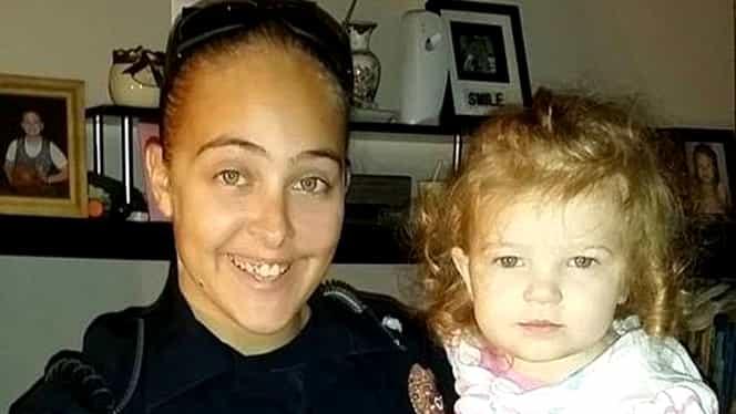 O polițistă și-a lăsat fiica să moară asfixiată în mașină în timp ce ea făcea amor cu șeful de post