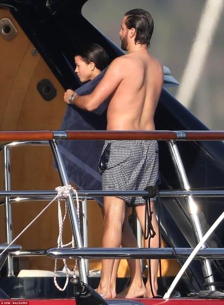 Ce cuplu fără ruşine! Scene incendiare pe yacht! Au început să se atingă şi… Vezi imaginile interzise!