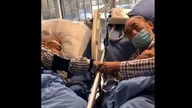 Fotografia care a înlăcrimat o lume întreagă! Doi bătrâni din China își iau adio, după ce au contractat coronavirus