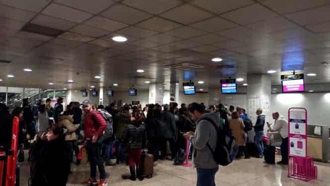 """200 de români blocați pe un aeroport din Spania. """"Oamenii sunt revoltaţi de lipsa de informare"""""""