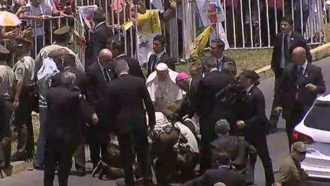 Video! Accident în faţa Papamobilului! Suveranul Pontif a coborât imediat pentru a acorda primul ajutor!