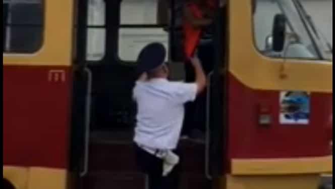 Accident uimitor între un tramvai și o mașină! Polițiștii au rămas șocați!