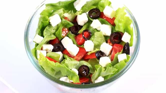 Rețetă de salată grecească. Perfectă după mesele copioase de Paște