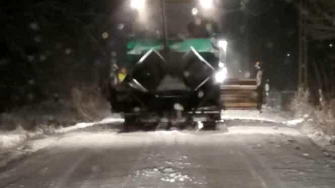 """Asfaltare pe ninsoare, noua """"modă"""" în județul în Bistrița. Explicația primarului pentru localnicii revoltați"""
