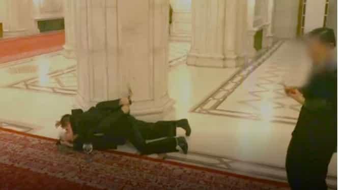 Doi tineri au vrut să facă AMOR pe holurile de la Casa Poporului. Imagini scandaloase de la Parlament