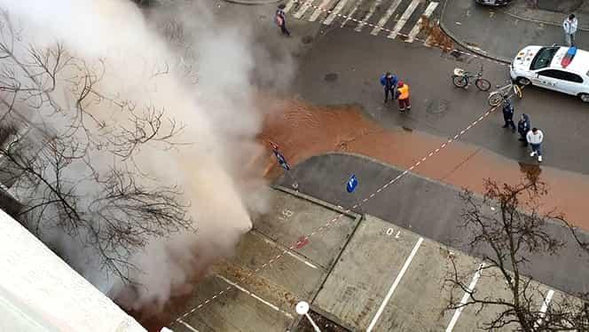 Noi probleme pentru RADET! S-a spart o conductă din sectorul 6. Apa fierbinte a țâșnit la peste 10 metri înălțime, în plină stradă