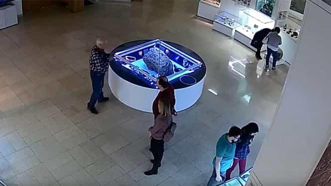 Caz bizar în Rusia. Capacul de sticlă care proteja un meteorit dintr-un muzeu a început să plutească fără motiv VIDEO