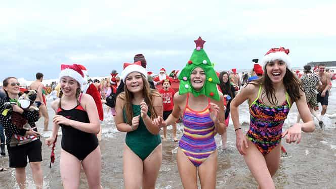 Nebunie la mare de Crăciun! Cum nu a nins, zeci de oameni s-au dezbrăcat şi au făcut baie!