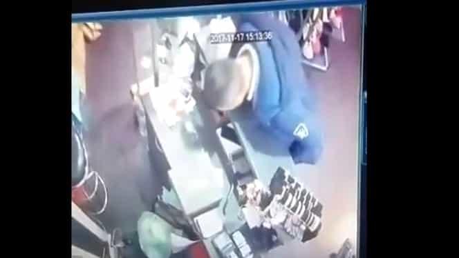 Hoţ filmat în timp ce fură telefonul unei vânzătoare din Timişoara! Femeia a postat imaginile pe Facebook!