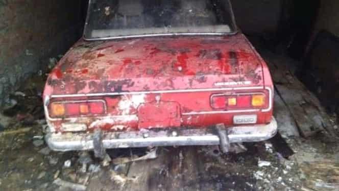 Această mașină a stat neatinsă vreme de 25 de ani în garajul încuiat