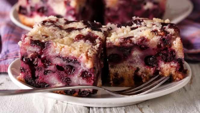 Reţeta de weekend: prăjitură cu afine simplu de preparat. O laşi la cuptor doar 5 minute