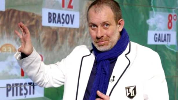 Florin Busuoic în timp ce prezenta vremea la Pro TV. Actorul indică oraşele şi temperaturile pe harta din studioul PRO