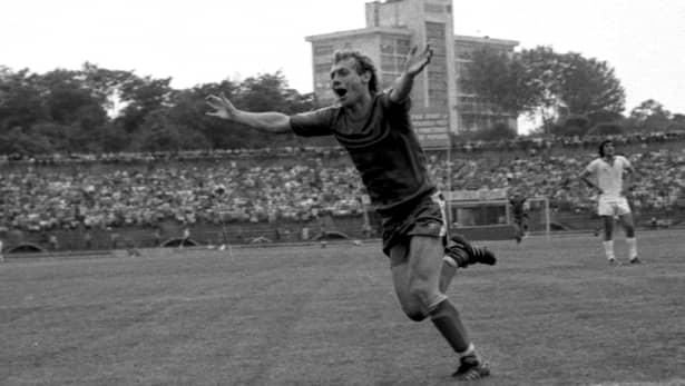 """Pe scurt, cel supranumit și """"minunea blondă"""" a Craiovei a încetat din viață în această duminică, 21 octombrie, în urma unui atac cerebral. Oamenii sportului sunt înmărmuriți, declarându-și fiecare gândurile pline de tristețe spre familia sportivului, dar și spre întreaga lumea, care a pierdut și ea un mare om de valoare, care a ridicat țara pe latura fotbalului."""