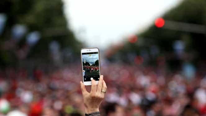 Cum ar putea arăta oamenii în anul 2100, din cauza smartphone-urilor. Prin ce transformări ar putea trece corpul uman
