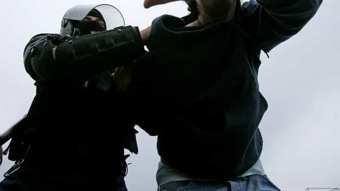 VIDEO. Un jandarm din Cluj lovește și înjură un bărbat în gară. Jandarmeria anunță o anchetă