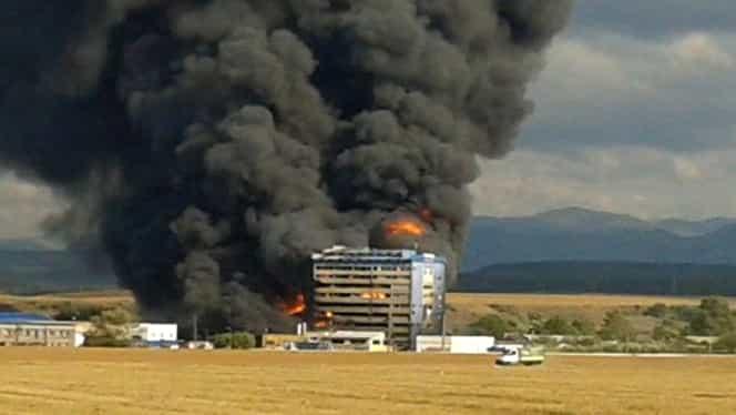 VIDEO! Incendiu devastator la o fabrică de vopseluri din Orăştie! Fabrica arde de mai bine de 12 ore GALERIE FOTO